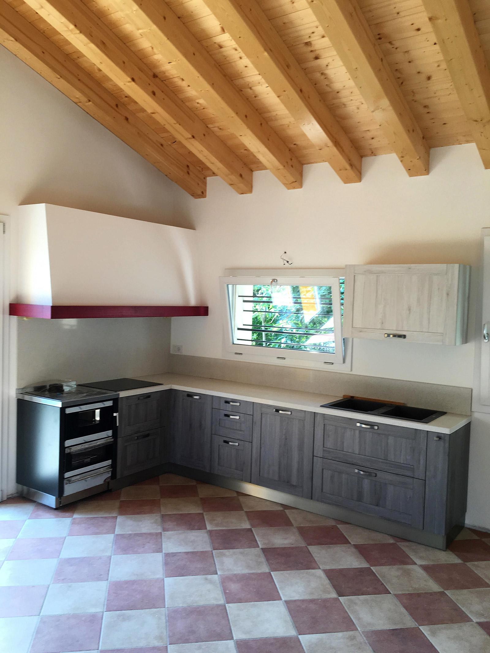 Cucina con cappa su misura con trave rosso - Abitazione privata a Crocetta del Montello vicino Montebelluna