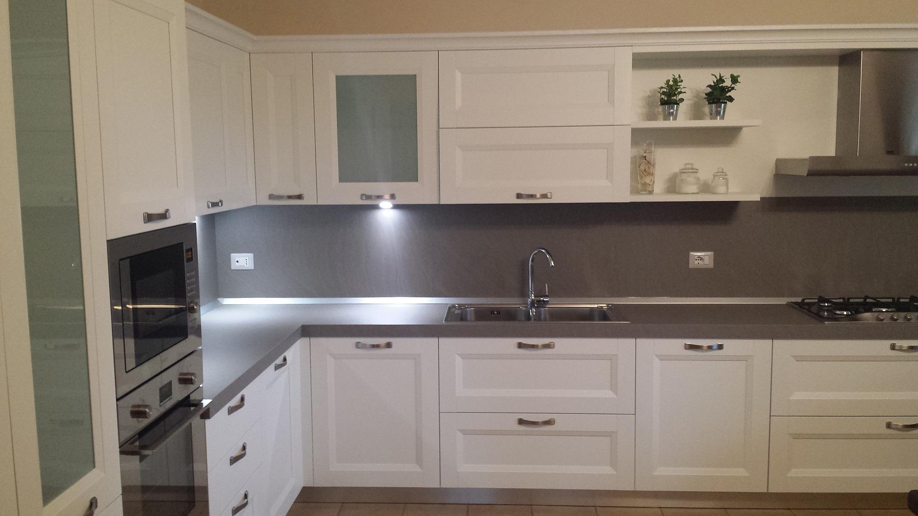 Abitazione privata a pederiva di montebelluna cucina bianca frassinata con set elettrodomestici - Disposizione elettrodomestici cucina ...
