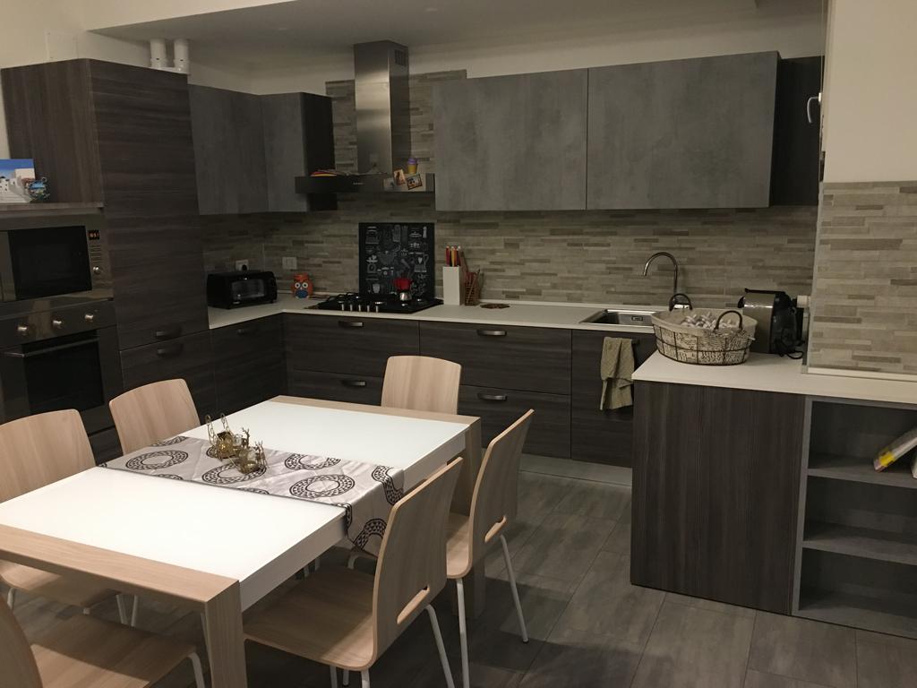 A Treviso Cucina Yellowpine Cenere con pensili Mel Cemento piano sp 2 White Rock