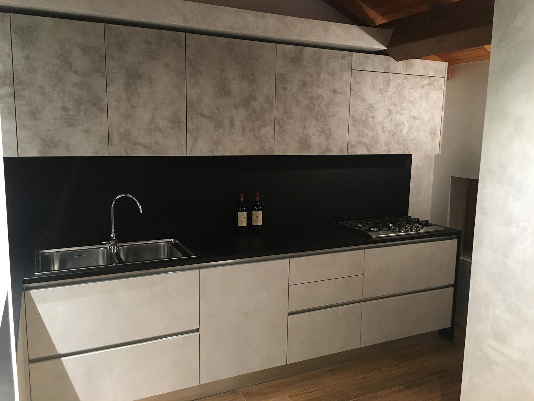 Cucina Spagnol modello Talita basi più colonne esterne oxide perla colonna centrale e pensili oxide terra piano sp.3 con schienale e fianco finale granito nero